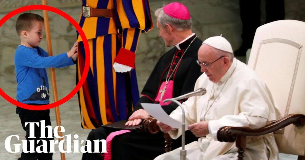 【神対応】ローマ法王の壇上に少年が乱入!ローマ法王の素晴らしい対応が世界中で話題に!