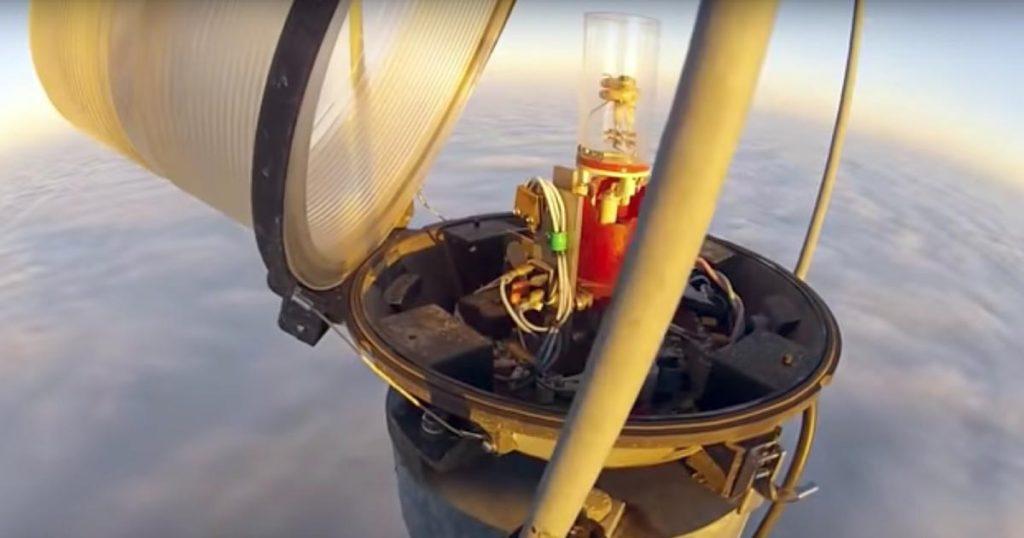 高さ600メートルのテレビ塔によじ登り、最上部の電球を交換する仕事がスゴい!