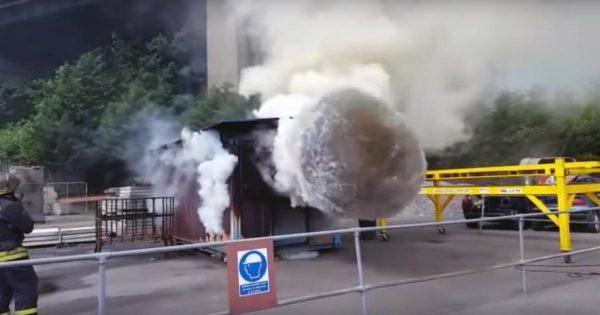 「バックドラフト」を再現した実験動画に鳥肌!もくもく出ていた煙が一気に爆発!