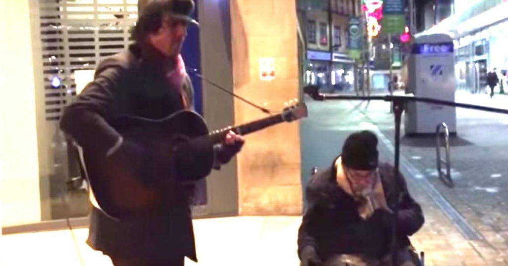 【鳥肌】大晦日の路上、ホームレスに「歌わない?」と誘ったら、あまりの歌唱力で鳥肌!