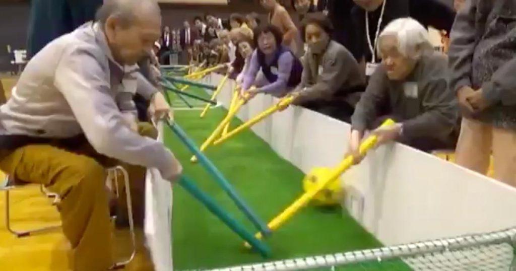 老若男女みんな一緒に遊べる「棒サッカー」が最高すぎると話題に!「お孫さんや園児たちとも楽しくスポーツができますね」などの声
