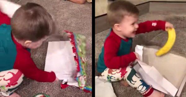 クリスマスプレゼントを開けるとバナナがたった一本。。しかし純粋な子供の反応にハッとする!