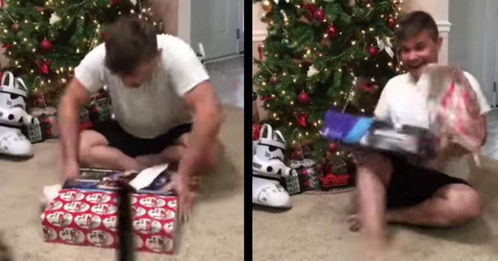 クリスマスプレゼントに嫉妬した猫の行動に爆笑!猫「この人間は幸せすぎる。。止めなければならニャイ!」
