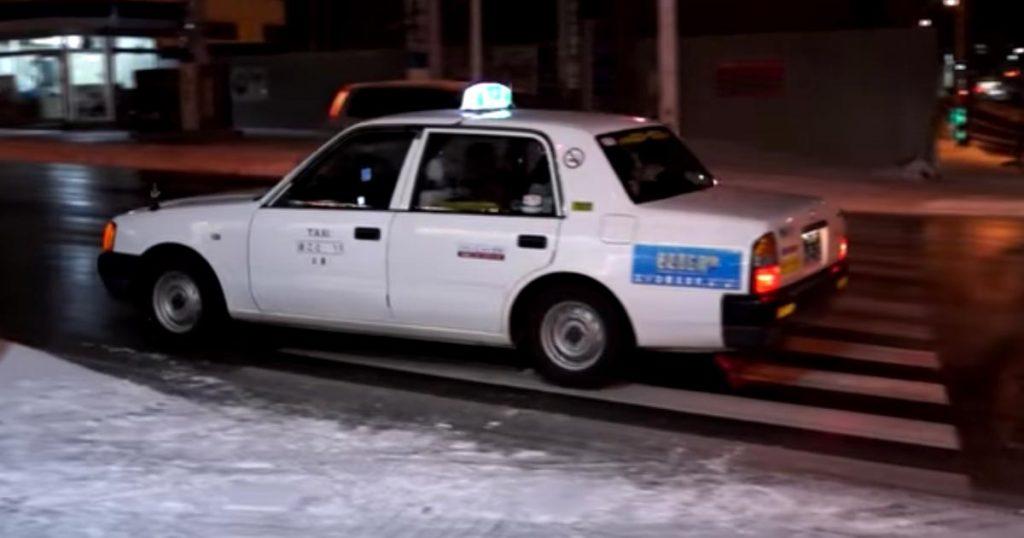 【職人技】冬の北海道、ツルツルの坂道を登るタクシー運転手たちの運転テクニックが凄いと話題に!