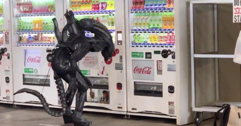 自販機の前でエイリアンがジュースを欲しそうにしていたと話題に!「クオリティ高すぎてCGかと思った」