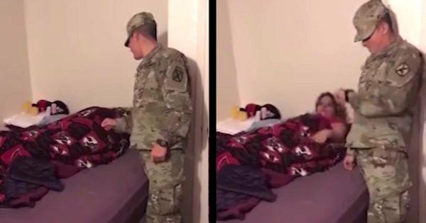 兵役に行っているはずの夫が寝起きドッキリでサプライズ帰宅!「今何時?」と現実とは思わなかった奥さん。。からの大興奮っぷりにもらい泣きしそう!
