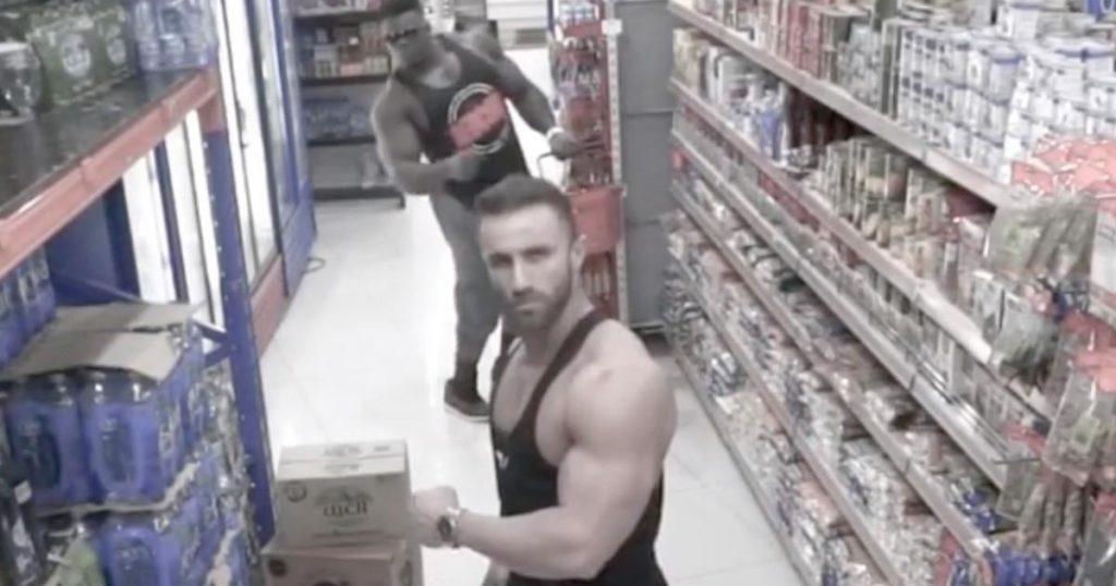防犯カメラを見つけてしまったボディービルダーたちの行動が面白すぎると話題に!