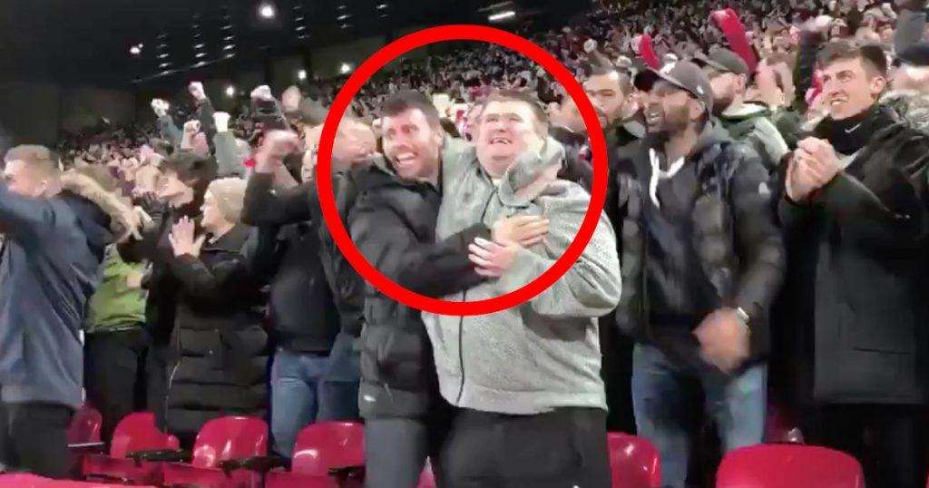 サッカーの試合に来ていた盲目のファン。隣の男性の優しい行動が世界中で賞賛される!
