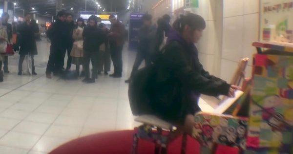 品川駅に設置されたピアノで「君が代」を演奏していたら、途中から凄い展開になったと話題に!