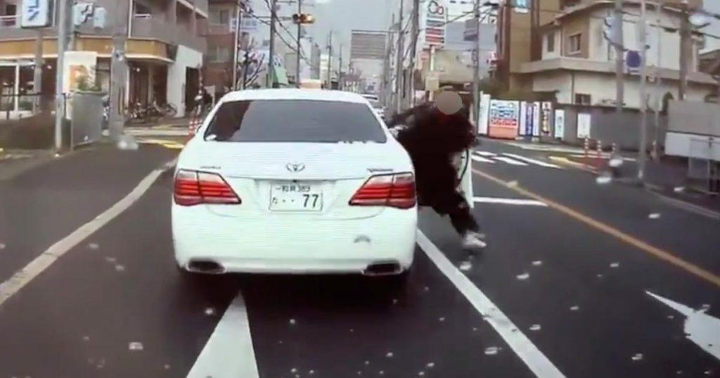 急な割り込みをしてきた車が何度も危険な急ブレーキで挑発した末、ドライバーが降りてきた!警察のテキトーな対応も物議