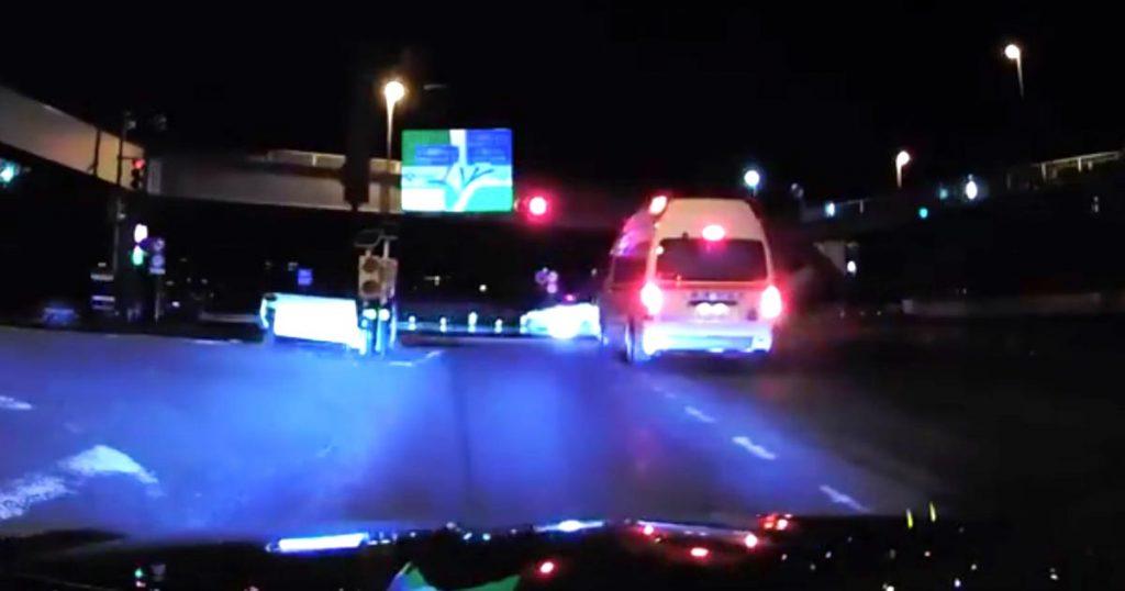 【埼玉】救急車が来ているのに、全く止まる気配のない交差道路の車たちの姿が物議!