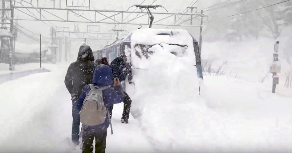 深い雪の中を走る上越線の電気機関車のパワーが強すぎると話題に!