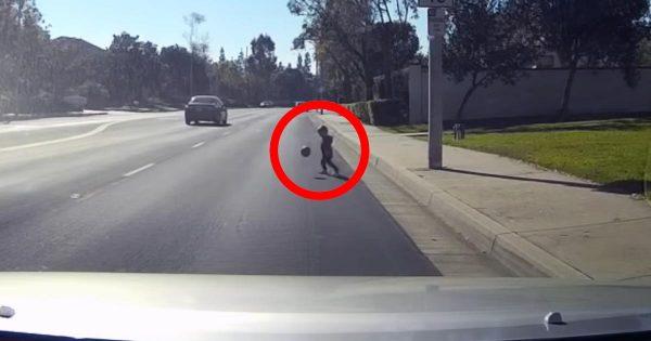 【神対応】交通量の多い道でボール遊びをする子供。Uターンし、間一髪で子供を救ったドライバーが素晴らしい!