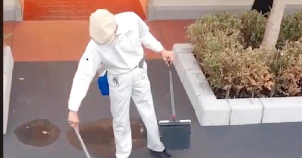 ディズニーランドの清掃スタッフが、ホウキと水で地面に描いてくれた絵のクオリティが凄いと話題に!
