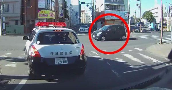 新年早々、パトカーがいるとは知らずに思いっきり危険運転をした車が捕まる動画が話題に