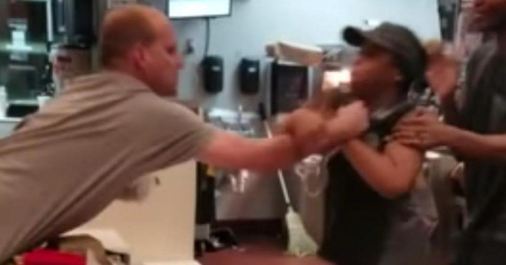 下らなすぎる理由でマクドナルドの女性店員の胸ぐらを掴んだ男。しかし店員の思いもよらぬ行動に男もタジタジ!