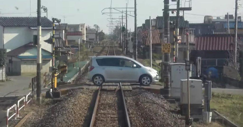 83歳の女性が運転する車が、遮断機が降りているにも関わらず踏切内に進入、列車とぶつかってしまう動画が公開され物議