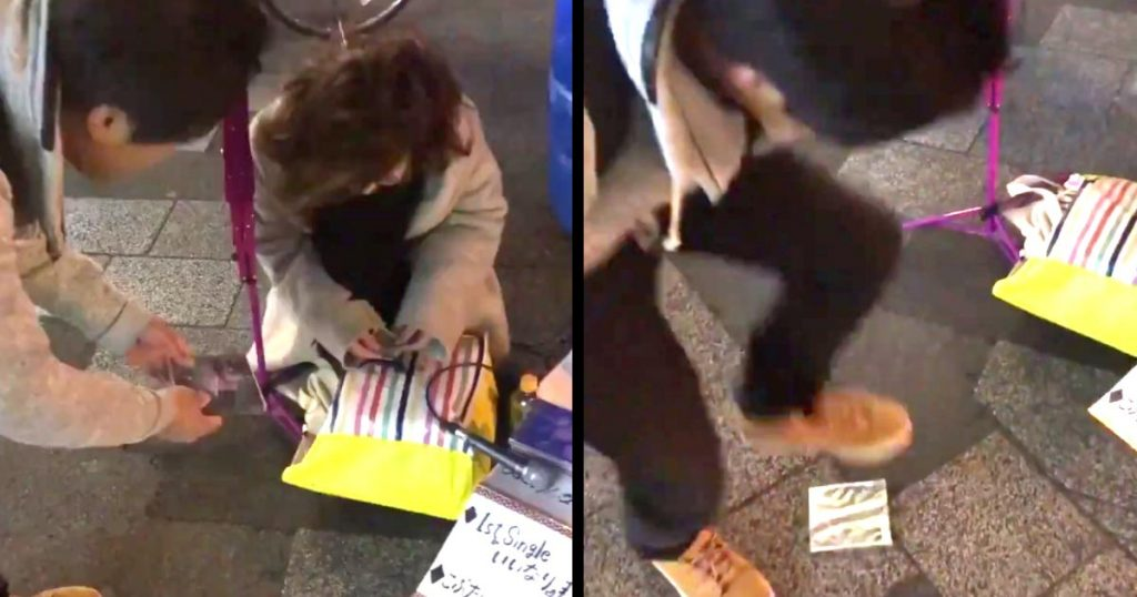 路上ミュージシャンのCDを買って目の前で踏みつける男性が物議!「違法路上ライブを撲滅したい」