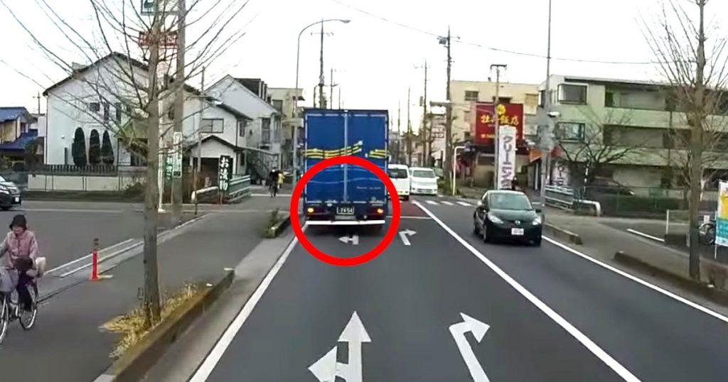 「これ知らない人多いよね、、」トラックが走行中にハザードをたいた時の意味と対処法は知っておくべきと話題に!「なんて良いドライバー。こんな気の利く人いるんだな」などの声が寄せられる