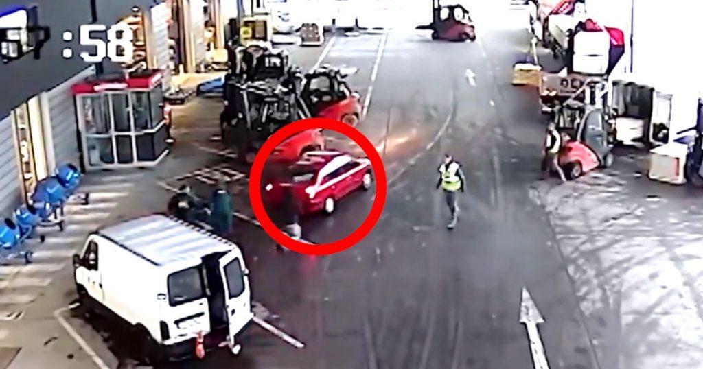 【スゴ技】「ヒーローだ!」見事な連携とテクニックで、泥棒が乗る車を捕まえたフォークリフト乗りたちの動画が話題に!