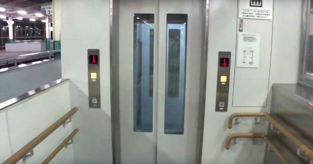 普通のエレベーターと思って乗ったらびっくり!斜めに動くエレベーターが凄い!