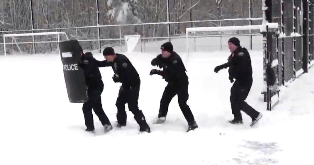 【神対応】地元の少年たちと本気で雪合戦をする警察官たちの姿に絶賛の嵐!