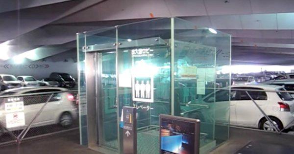 「上行き」って書いてあるけど、どう見ても下行き、、と思ったら予想外の動き!横浜港のエレベーターがスターウォーズに出てきそうと話題に!