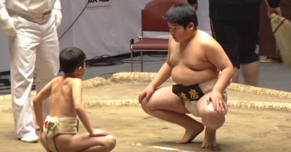 【鳥肌】世界少年相撲大会「白鵬杯」に出場した小柄な少年が、圧倒的体格差の少年にスゴい勝ち方をして話題に!ラストは圧巻!