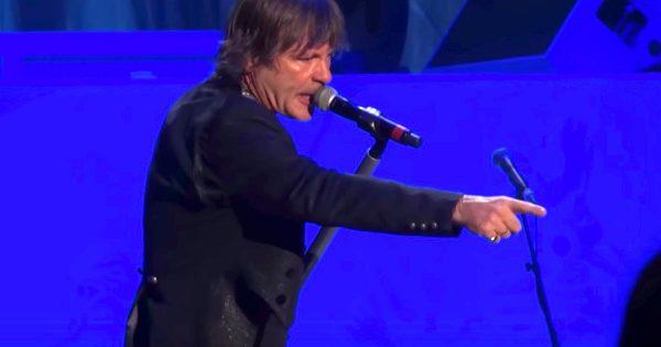 ライブを止めて女性に悪さをした客にブチ切れる、世界的ヘヴィメタルバンド「アイアン・メイデン」のボーカルがイケメンすぎると話題に!
