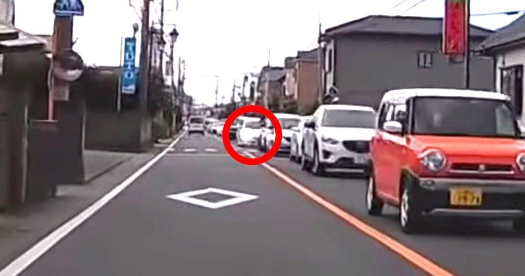 【神対応】対向車線の車がパッシングしてきた!危険を教えてくれたドライバーに賞賛の嵐!