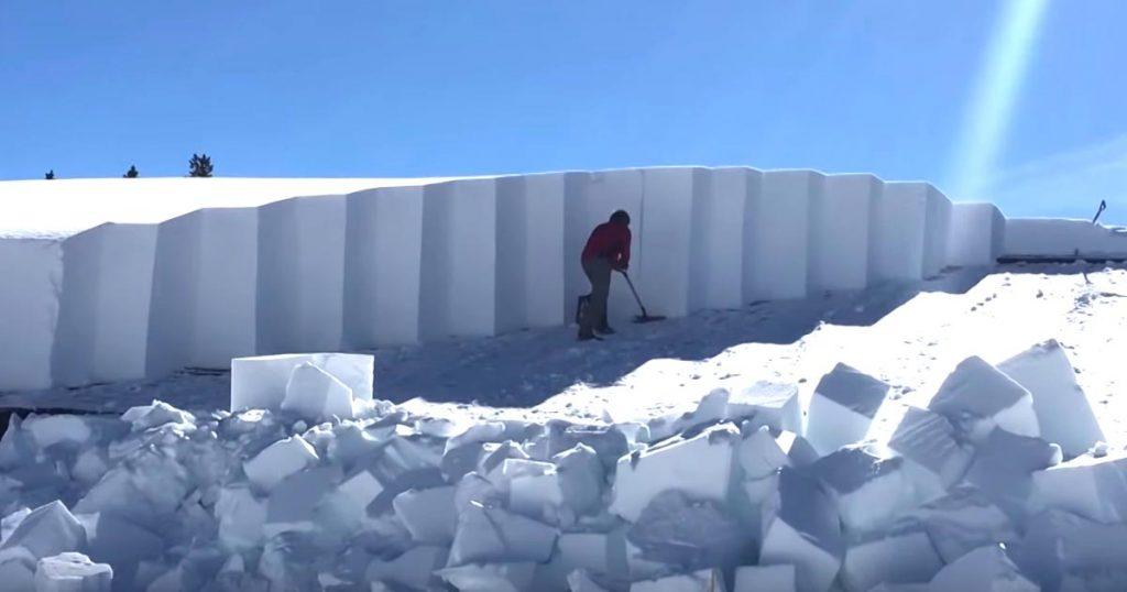 【職人技】美しく完璧な雪おろしをする男性の動画が話題に!2メートル以上積もった屋根の雪が綺麗に下ろされていく様子が爽快!