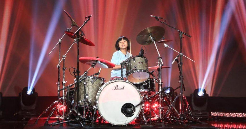 9歳の日本人天才少女ドラマーよよかさんがアメリカのTV番組に出演!クイーンの楽曲で最高の演奏を披露し観客はスタンディングオベーション!