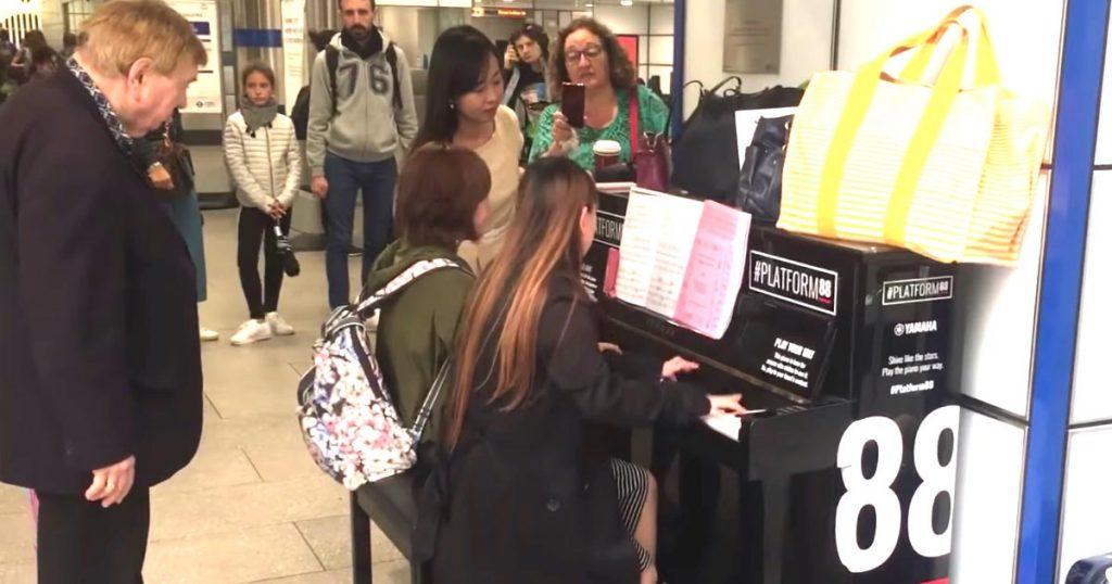 音楽に国境はない!ロンドンの駅のピアノを演奏する日本人女性。素晴らしい演奏に、気づくと50人もの人々が足を止めていた!