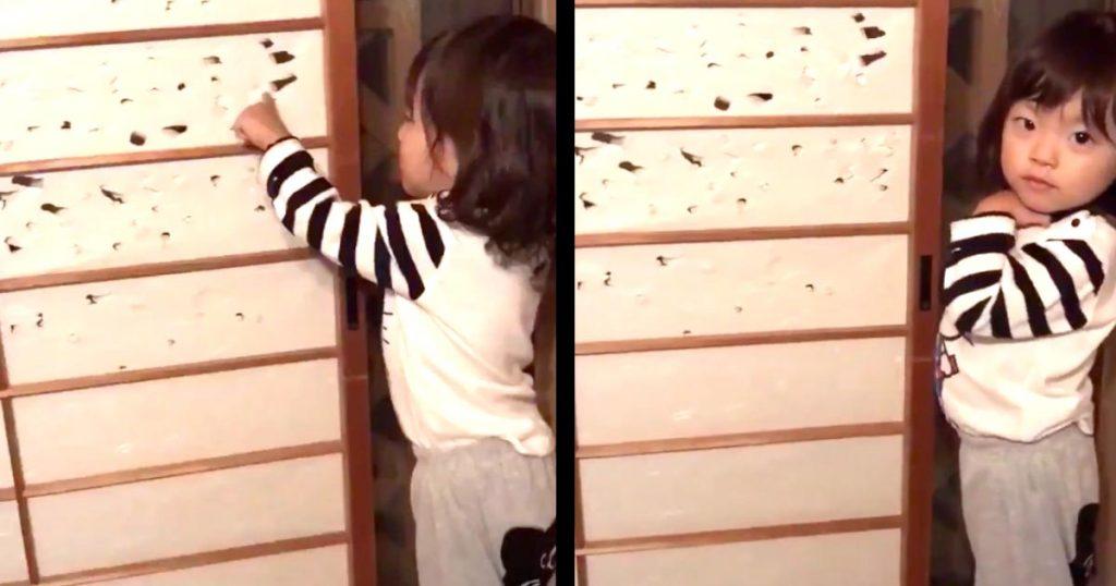 障子に穴を開けまくって怒られた2歳の女の子。しかし、リアクションが最強に可愛すぎて許すしかないと話題に笑