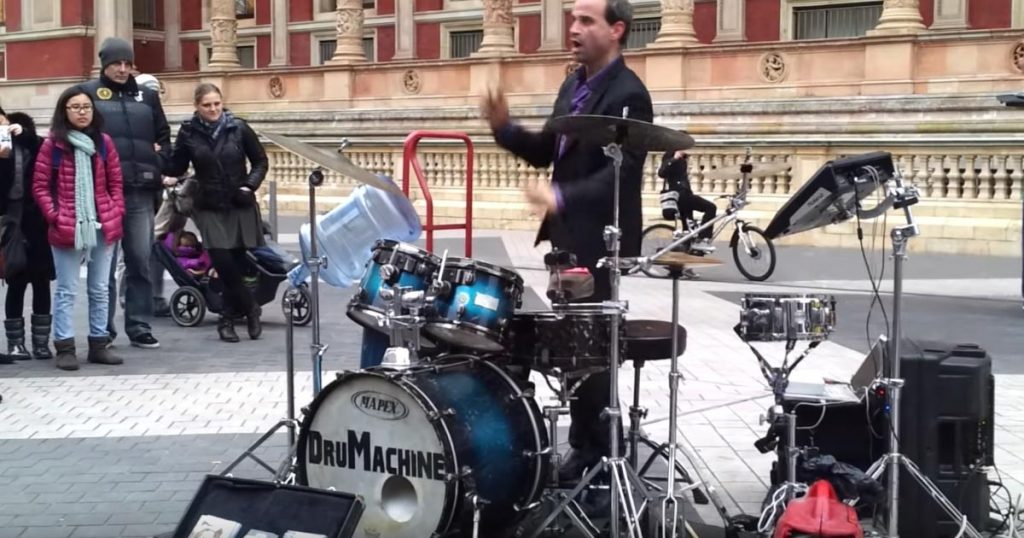 【神業】世界一の凄ワザドラム大道芸人!路上で超高速ドラムを披露する大道芸人が面白いし凄すぎる!「世界一!」「これぞエンターテイメントって感じ」