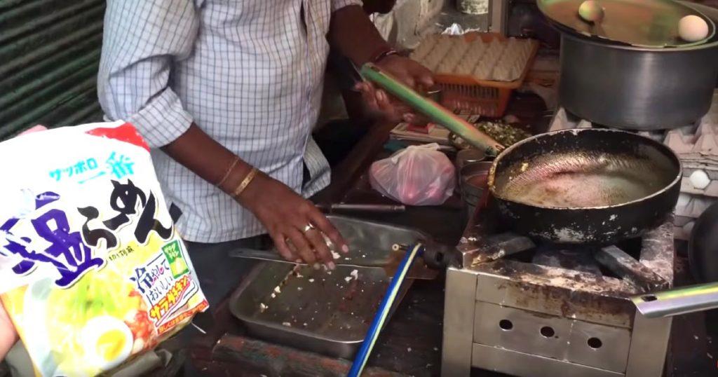 インドの屋台の料理人に「サッポロ一番塩らーめん」を作ってもらったら、インド風アレンジで凄い食べ物ができた!「メーカー側が完全に想定していない作り方」