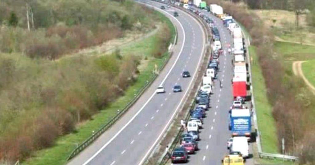「日本でもやるべき」渋滞していても救急車がスイスイ通れるためのドイツの法律がすごいと話題に!