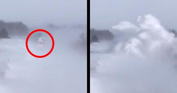 雪の草原を走ってきた鉄道の列車。深い「雪だまり」を巻き上げながら近づいて来る様子が凄いと話題に!
