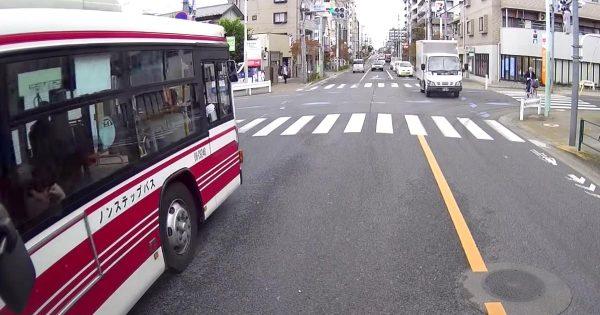 これぞプロ!青信号になってもすぐに発車しない!狭い道でバス運転手さんが取った対応で交通がスムーズになる!