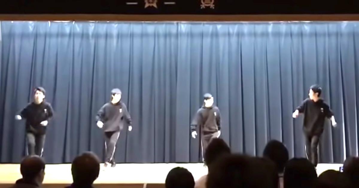 ステージに登場した高校生たち。素人感丸出しで下手なダンス、、と思いきや途中で豹変し凄いパフォーマンスをする動画が話題に!