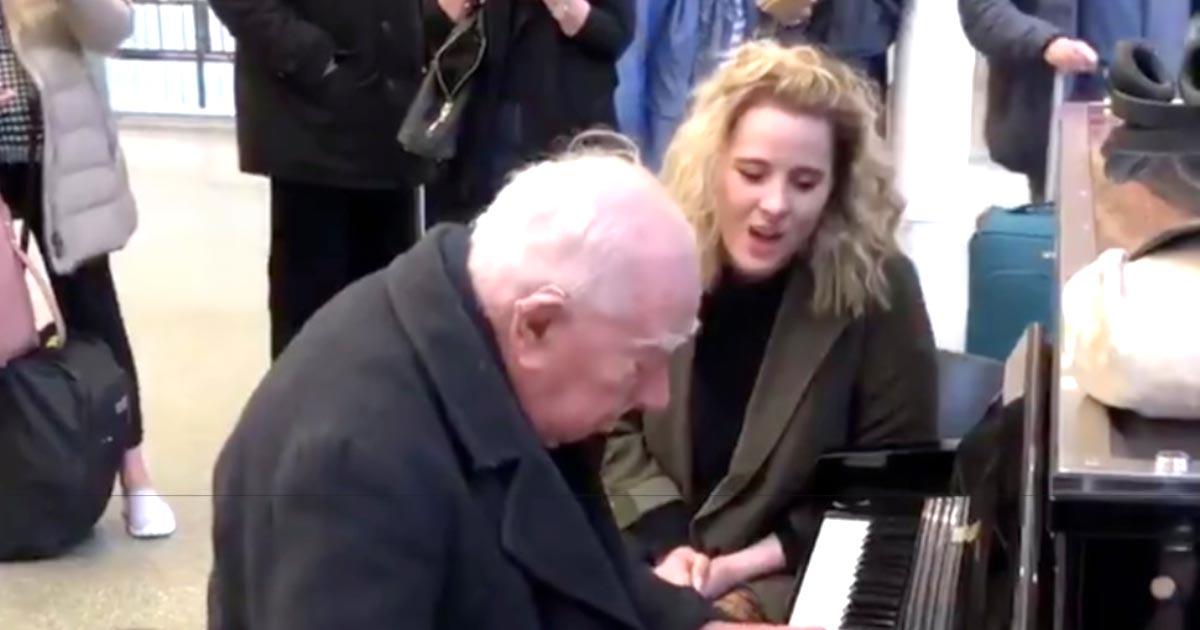 「魔法がかかったようだった」駅でピアノ演奏する91歳のおじいさん。偶然通りかかったプロ歌手の女性が飛び入り参加し、駅に魔法がかかった!