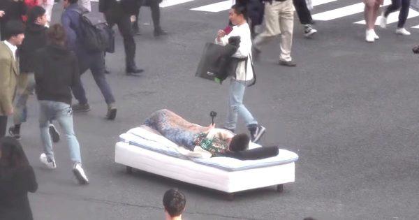 渋谷のスクランブル交差点でベッドで寝ていたユーチューバーが物議!警視庁が捜査を始める!