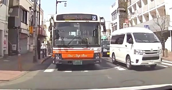 【足立区】バスが逆走してきて進路妨害!しかも2台連続でやってくる怖すぎる動画が撮影され物議!