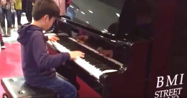 【横浜】ストリートピアノで凄いテクニックで「ルパン三世のテーマ」を弾く少年。演奏が終わると拍手喝采!