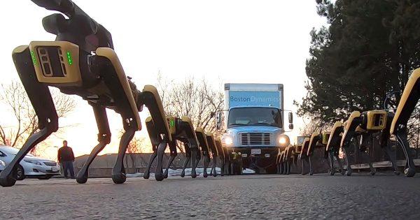 ボストン・ダイナミクスの4足歩行ロボットでトラックを牽引する動画が話題に!こんなにパワーがあるとは驚き!