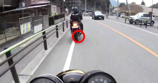 「神対応すぎる!」前方を走るバイクから火が!体を張った動画投稿者さんの咄嗟の行動が男前すぎると話題に!