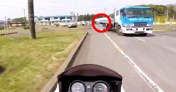 大型車の「けつ振り」がどれだけ危険か知っておくべきと話題に!トラックが車線変更しただけでかなりはみ出る!
