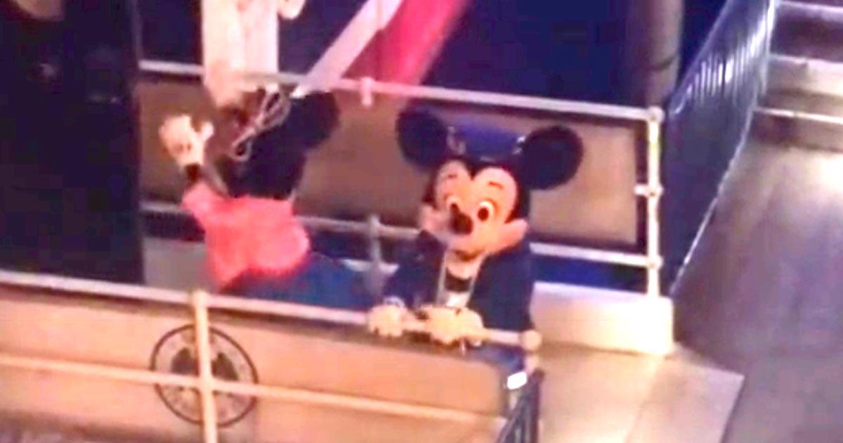 「お客さんがいないところなのに凄い!」舞台裏でミッキーがミニーにやっていたラブラブな行動が話題に!