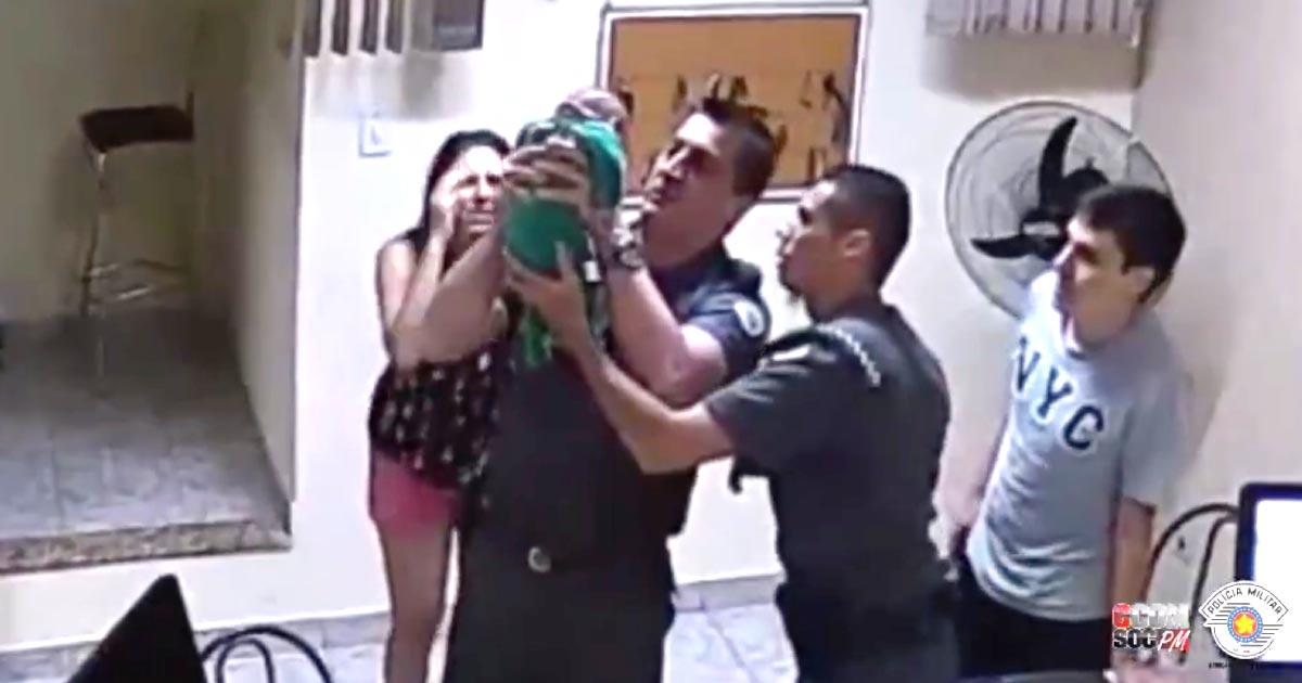 「ヒーローだ!」ミルクを喉に詰まらせ呼吸をしなくなってしまった新生児。両親はワラをも掴む思いで警察署に駆け込んだ!