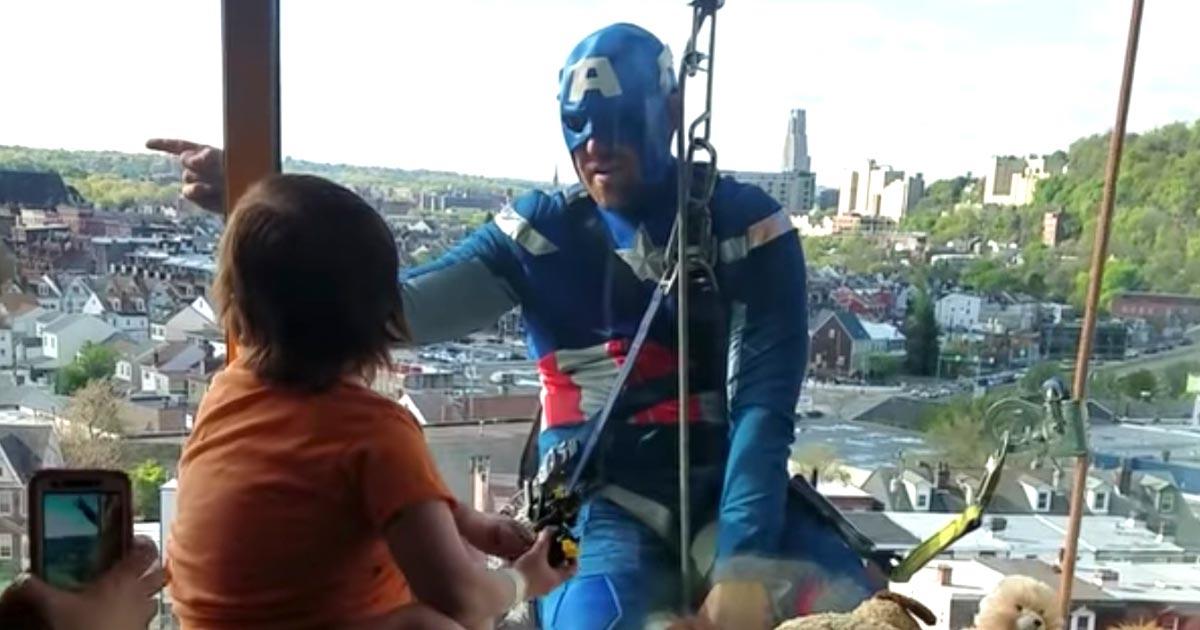 【神対応】心臓移植を待つ子供の病室の窓にスーパーヒーローが!窓拭きのおじさんの行動が素晴らしいと話題に!